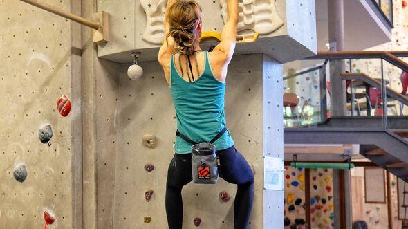 kl-fingerkraft-trainingsboard-bouldern-klettern-warm-up-mit-tritten (jpg)